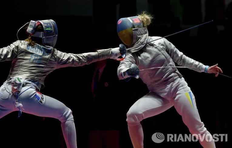 Манон Брюне (Франция) (слева) и Ольга Харлан (Украина) в поединке за третье место индивидуального первенства по фехтованию на саблях