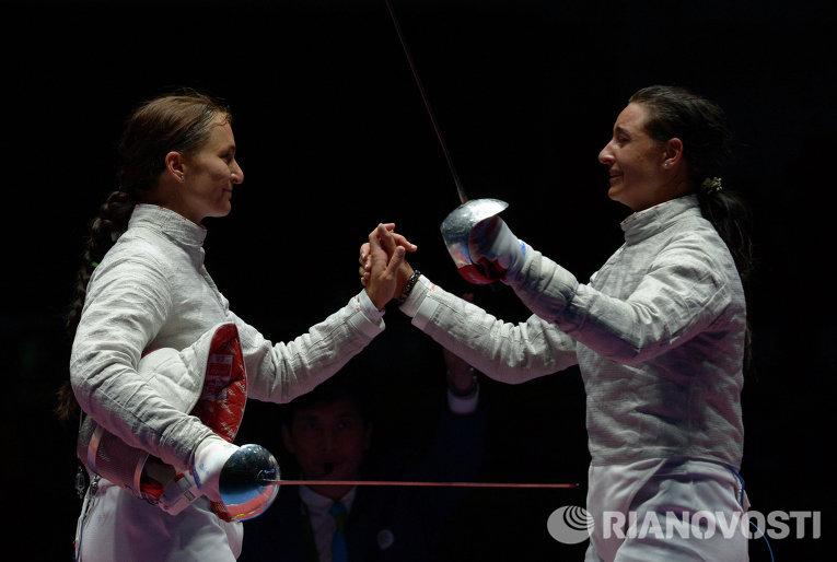 Софья Великая (слева) и Яна Егорян после завершения финального поединка индивидуального первенства по фехтованию