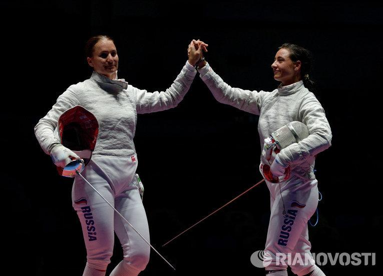 Софья Великая (Россия) (слева) и Яна Егорян (Россия) после завершения финального поединка индивидуального первенства по фехтованию на саблях