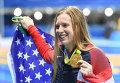Лилли Кинг (США), завоевавшая золотую медаль на соревнованиях по плаванию на дистанции 100 м брассом среди женщин на XXXI летних Олимпийских играх