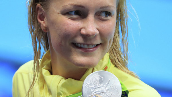 Сара Шёстрём (Швеция), плаванье, позирует со своей серебряной медалью.