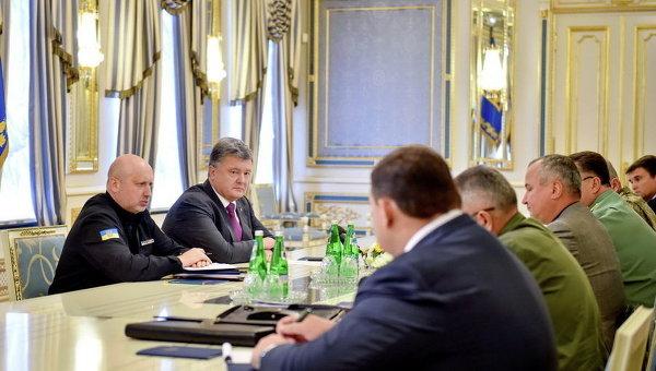 Президент Петр Порошенко и Александр Турчинов на встрече с руководителями служб безопасности Украины из-за ситуации в Крыму