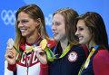 Призеры соревнований по плаванию на дистанции 100 м брассом среди женщин на XXXI летних Олимпийских играх во время церемонии награждения: Юлия Ефимова - серебряная медаль, Лилли Кинг - золотая медаль, Кэти Мейли - бронзовая медаль.