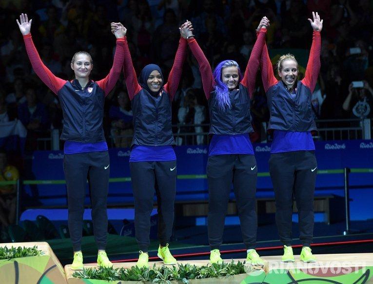 Спортсменки сборной США, завоевавшие бронзовые медали в командном первенстве по фехтованию на саблях среди женщин
