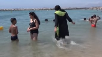 """В Каннах запретили женщинам появляться на пляжах в """"буркини"""". Видео"""