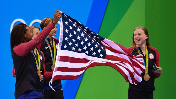 Сборная США завоевала 1000-е золото летнихОИ благодаря победе пловчих вэстафете