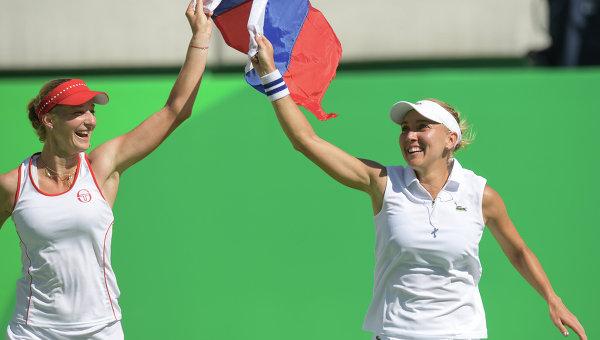 Екатерина Макарова и Елена Веснина (Россия) радуются победе в финальном матче против Тимеи Бачински и Мартины Хингис (Швейцария)
