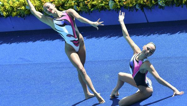 Лолита Ананасова и Анна Волошина выступают с произвольной программой в предварительном раунде соревнований по синхронному плаванию среди дуэтов