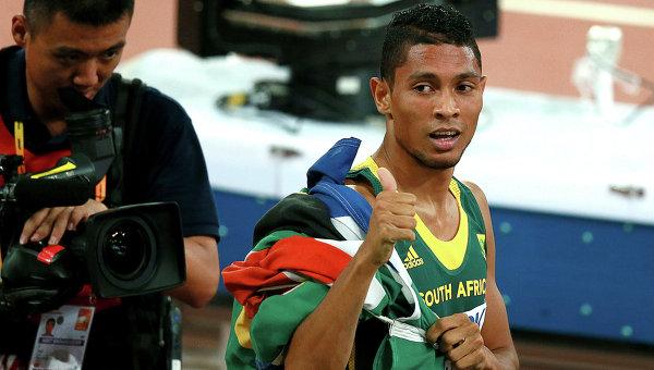 Южноафриканец ван Никерк смировым рекордом первенствовал вбеге на400м