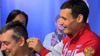 Егорян и Сафин обрили наголо тренера сборной России по фехтованию. Видео