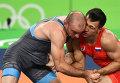 Роман Власов (Россия) и Марк Мадсен (Дания) в поединке за первое место на соревнованиях по греко-римской борьбе в весовой категории до 75 кг
