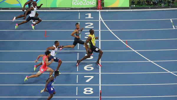 Легкая атлетика. Финал. Представитель Ямайки Усэйн Болт пересекает финишную черту.