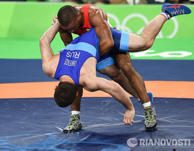 Давит Чакветадзе и Жан Беленюк в финале соревнований по греко-римской борьбе в весовой категории до 85 кг