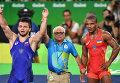 Давит Чакветадзе и Жан Беленюк, после окончания поединка за первое место соревнований по греко-римской борьбе
