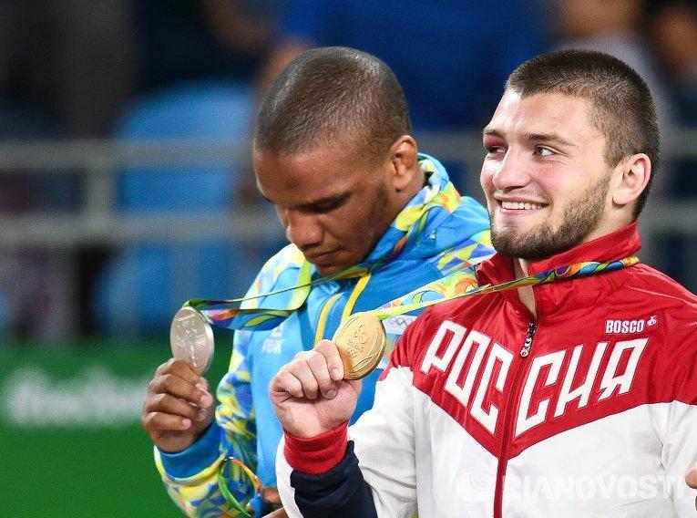 Призеры соревнований по греко-римской борьбе в весовой категории до 85 кг на церемонии награждения