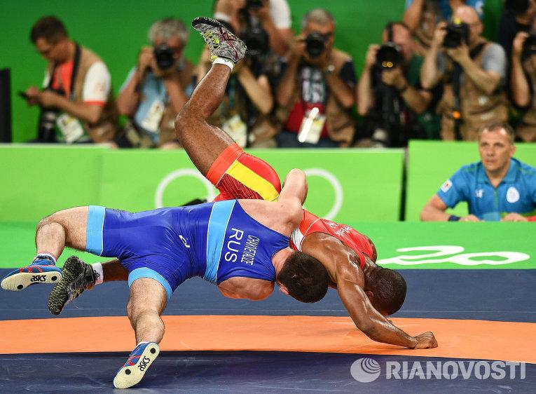 Давит Чакветадзе (Россия) и Жан Беленюк (Украина) в финале соревнований по греко-римской борьбе
