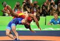 Давит Чакветадзе (Россия) и Жан Беленюк (Украина) в финале соревнований по греко-римской борьбе в весовой категории до 85 кг на XXXI летних Олимпийских играх.
