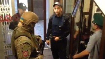 Спецназовцы проводят обыски у пограничников. Видео