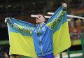 Олег Верняев (Украина), завоевавший золотую медаль в упражнениях на брусьях на соревнованиях по спортивной гимнастике среди мужчин