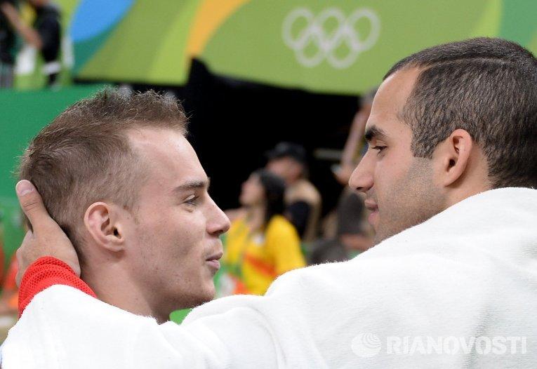 Олег Верняев и Дэнелл Лейва после выполнения упражнений на брусьях на соревнованиях по спортивной гимнастике