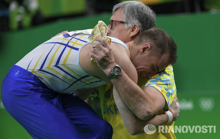 Олег Верняев после выполнения упражнений на брусьях