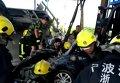 В Китае пара чудом выжила после того, как на нее обрушился цементовоз. Видео