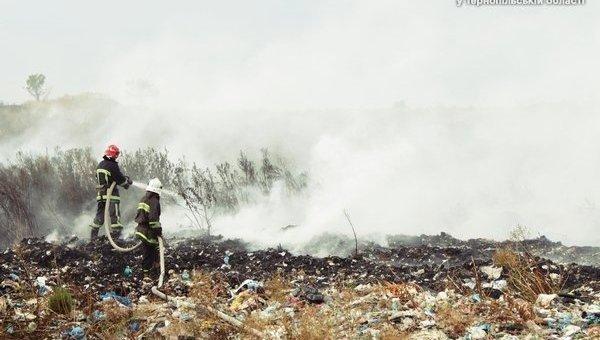 Под Тернополем полыхает свалка, площадь горения регулярно возрастает