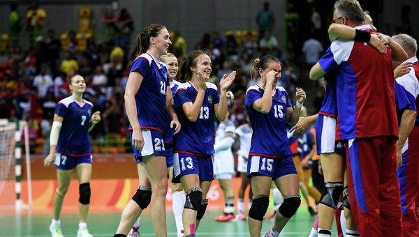 Игроки сборной России радуются победе в финальном матче женского гандбольного турнира между сборными командами России и Франции