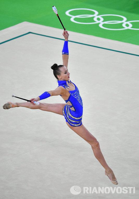 Анна Ризатдинова выполняет упражнения с булавами в индивидуальном многоборье по художественной гимнастике