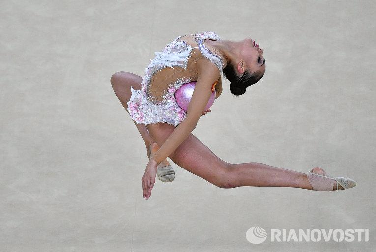 Маргарита Мамун выполняет упражнения с мячом в индивидуальном многоборье по художественной гимнастике