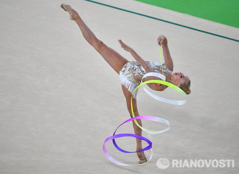 Яна Кудрявцева выполняет упражнения с лентой в индивидуальном многоборье по художественной гимнастике