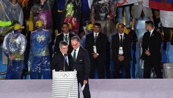 Руководитель Олимпийского комитета Бразилии Карлос Нузман (справа) и президент Международного олимпийского комитета (МОК) Томас Бах во время церемонии закрытия XXXI летних Олимпийских игр