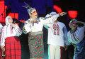 Певица Верка Сердючка (на первом плане) и ее мама (слева)