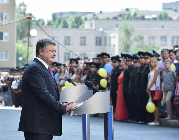 Президент Украины Петр Порошенко вручил ключи от новых квартир сотрудникам СБУ