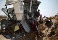 Члены палестинского исламистского движения ХАМАС на месте воздушного удара израильской авиации