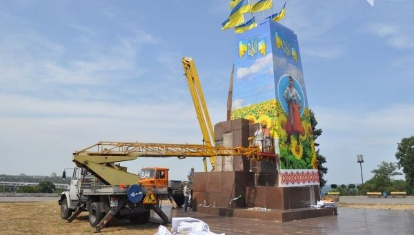 Украшение ко Дню Независимости постамента, на котором ранее находился памятник Ленину в Запорожье
