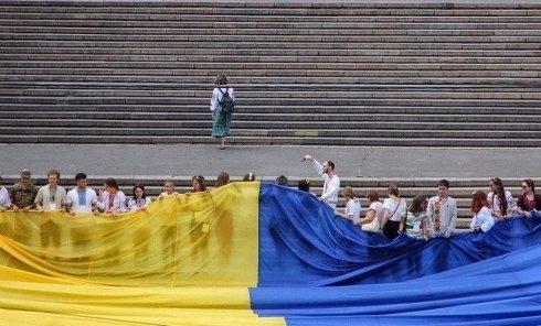 В Одессе на Потемкинской лестнице развернули 25-метровый флаг Украины