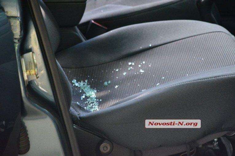 ВНиколаеве неизвестные вмасках расстреляли автомобиль клиентов банка ВТБ