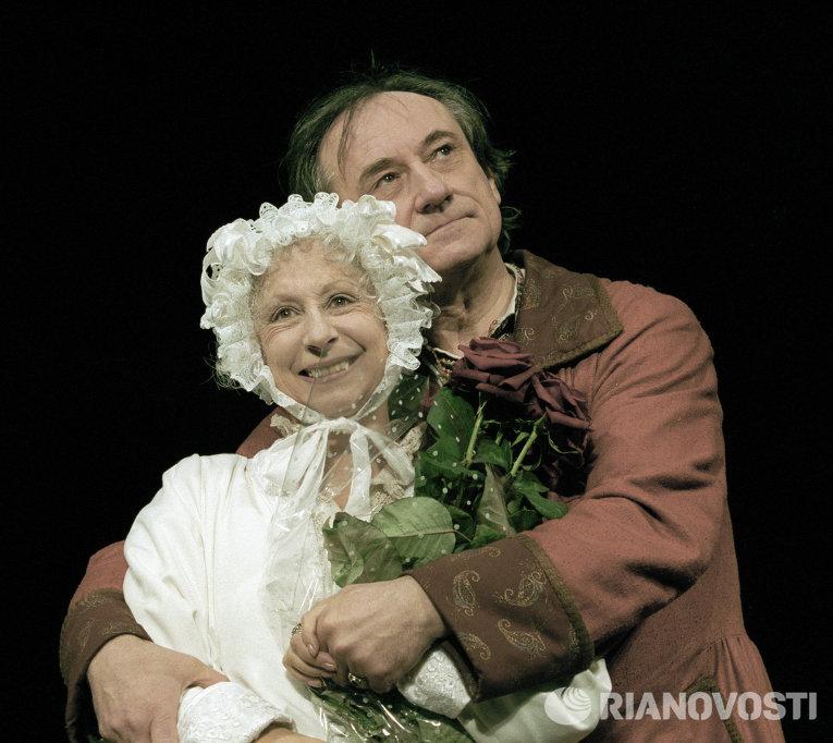 Актеры Лия Ахеджакова и Богдан Ступка в антрепризном спектакле Старосветская любовь