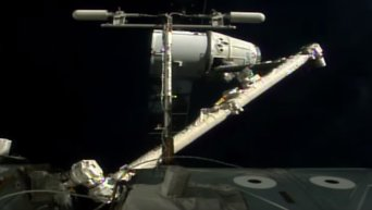 Космический грузовик Dragon отстыковался от МКС и возвращается на Землю. Видео