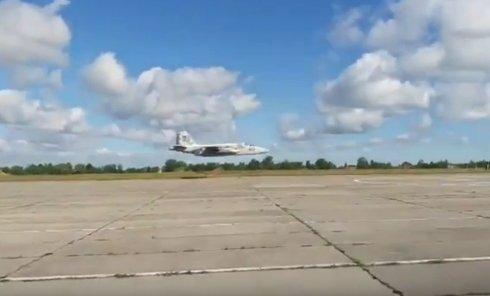 На грани. Пролет Су-25 в метре над землей на Луцком аэропорту