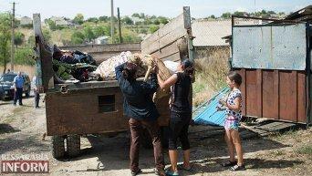Цигане вывозят вещи из Лощиновки