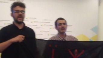 В замминистра финансов Сергея Марченко бросили торт на пресс-конференции