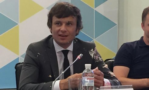 Сергей Марченко в торте на пресс-конференции