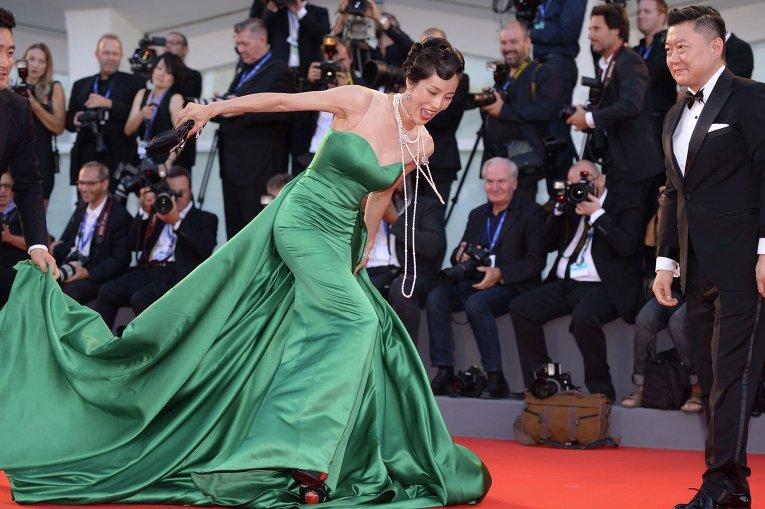 Корейская актриса и режиссер Мун Со-ри упала на красной дорожке на Венецианском кинофестивале