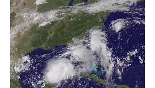 Сильный ураган Эрмин, обрушившийся в пятницу на северное побережье Флориды, оставил без света десятки тысяч домов