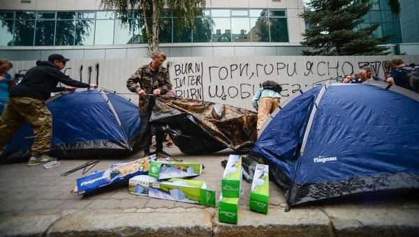 Митингующие у здания Интера в Киеве установили палатки