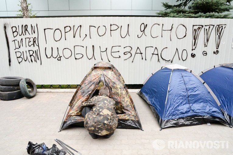 Активисты блокировали строение канала «Интер» вКиеве после поджога
