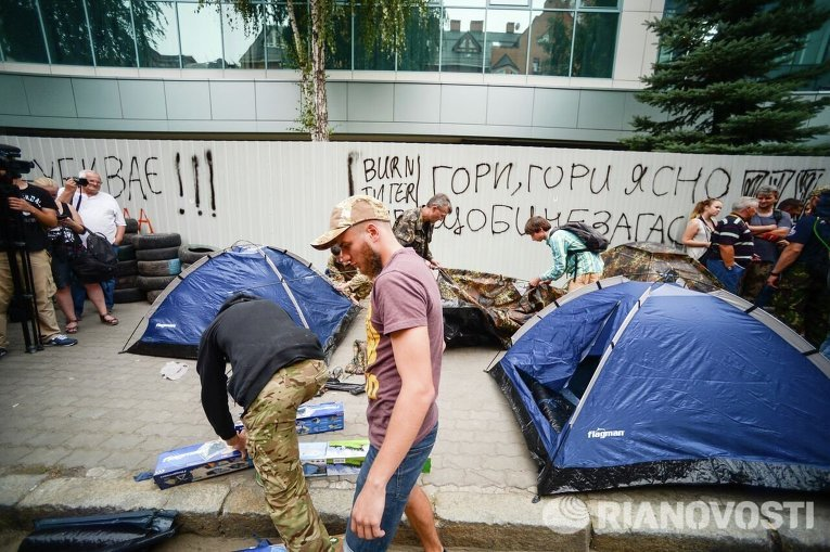 Около офиса «Интера» установили палатки