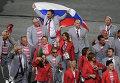 Директор Республиканского центра олимпийской подготовки по легкой атлетике Андрей Фомочкин с флагом России (на дальнем плане в центре) во время парада атлетов и членов национальных делегаций на церемонии открытия XV летних Паралимпийских игр 2016 в Рио-де-Жанейро